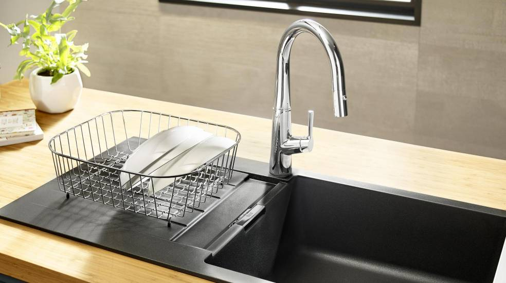 Kitchen sink mixer with retractable swivel spout